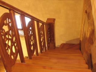Лестница резная в саманном доме