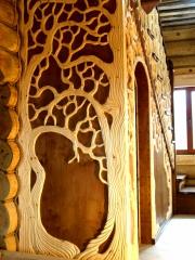 Сказочная лестница в деревянном срубе