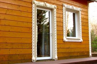 Дверь и окно с наличниками
