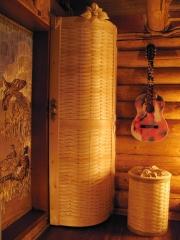 Шкаф с плетённой радиусной дверкой
